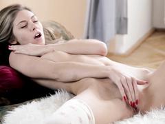 Красотка Anjelica мастурбирует раздвинув ножки