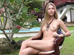 Раздетая Krystal Boyd позирует голой на заднем дворе
