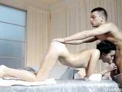 Намасленная девушка сосет и трахается с массажистом
