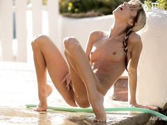 Блондинка Джина Джерсон мастурбирует во дворе