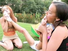 Две лесбиянки вкусно лижут ножки подружке Юле Усовой