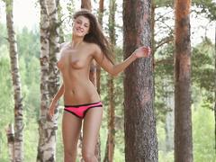 Маша Рябушкина гуляет по лесу голой