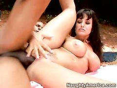 Дамочка занимается межрассовым сексом на улице