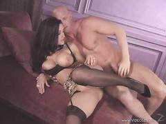 Красивая Lisa Ann трахается в порно видео в чулках