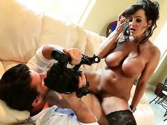 Взрослая Lisa Ann трахается перед камерой