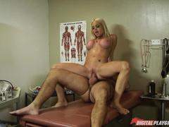 Трахает стройную блондинку в кабинете