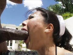 Негр трахает в рот азиатку