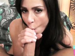 Kendra Lust нежно сосет член в порно