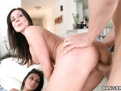 Красивое порно видео с двумя мамашами