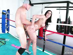 Зрелая Kendra Lust трахается на ринге стоя